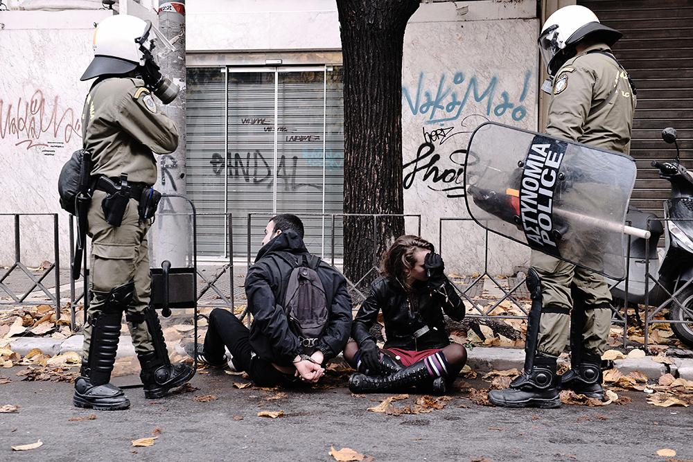 Греческая полиция во время беспорядков в Афинах