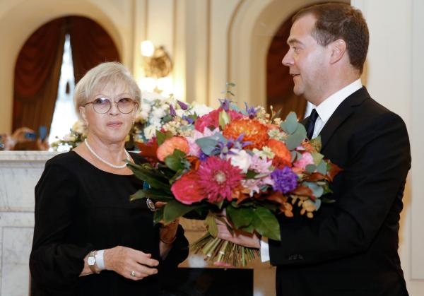 Председатель правительства РФ Дмитрий Медведев во время награждения народной артистки СССР Алисы Фрейндлих