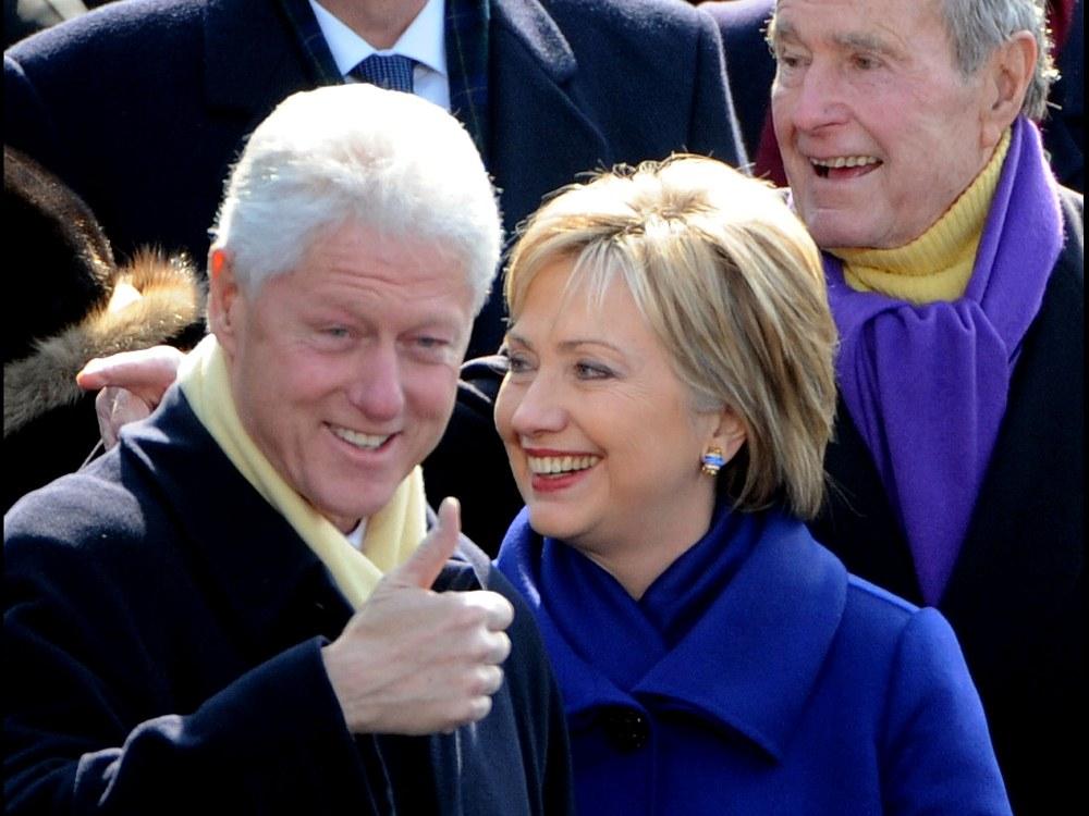 Билл и Хиллари Клинтон, Джордж Буш-старший (на заднем плане)