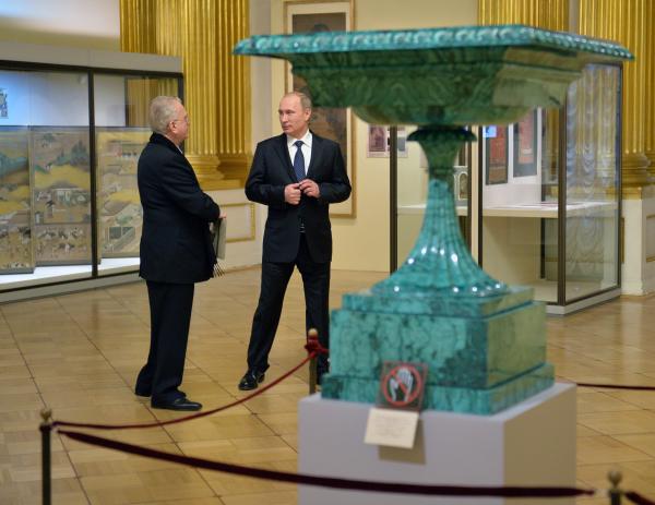 Президент России Владимир Путин и директор Государственного Эрмитажа Михаил Пиотровский