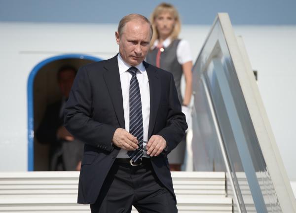 Президент России Владимир Путин спускается по трапу