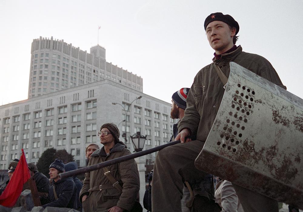 """Защитники парламента и Конституции РФ вооружились и выстроились у """"Белого дома"""""""