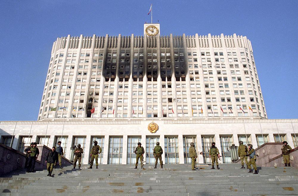 Бойцы спецотряда МВД РФ контролируют вход в здание Верховного Совета в октябре 1993 г.