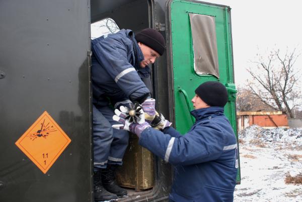 Сотрудники службы спасения ДНР во время обезвреживания мин и снарядов