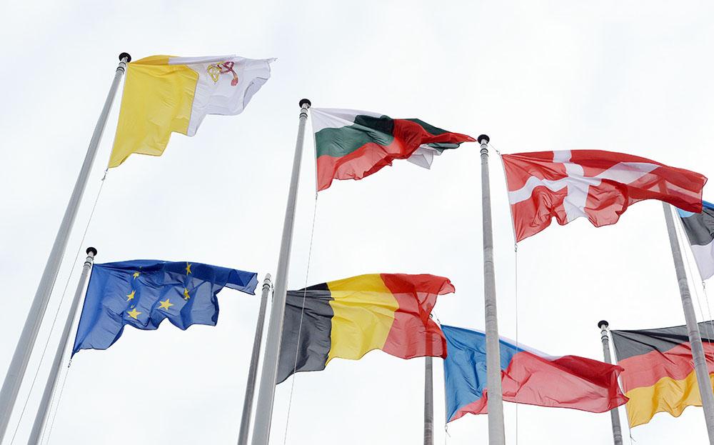 Флаги у здания Европарламента
