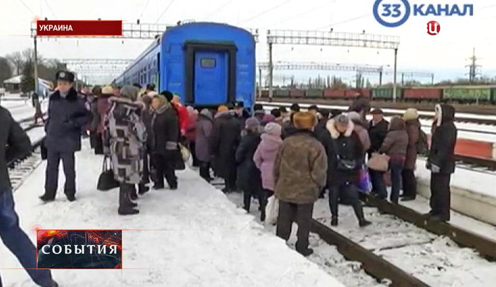Жители Украины перекрыли железную дорогу
