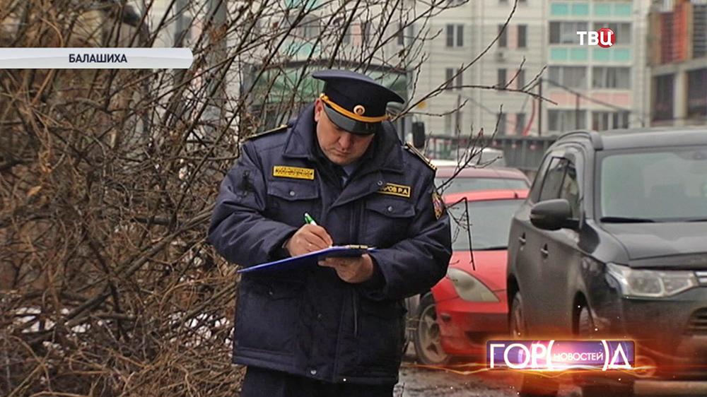Инспектор Госадмтехнадзора заполняет протокол