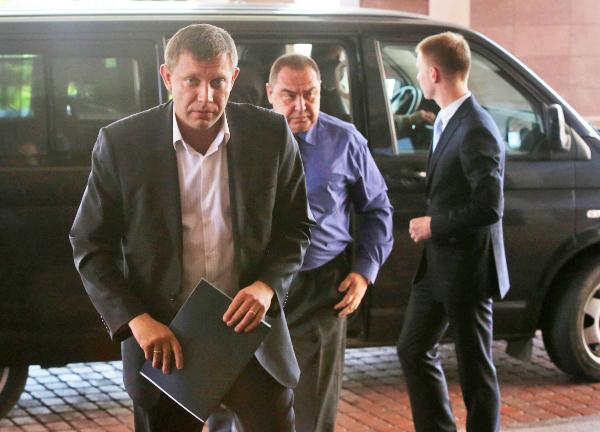 Александр Захарченко и Игорь Плотницкий перед началом заседания трехсторонней контактной группы по урегулированию ситуации на востоке Украины