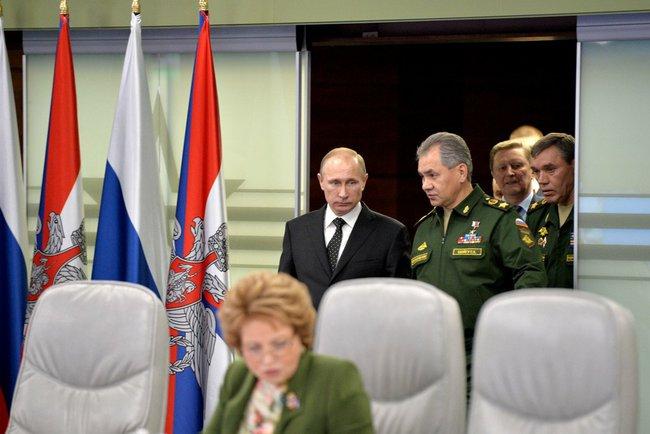 Президент России Владимир Путин и инистр обороны России Сергей Шойгу