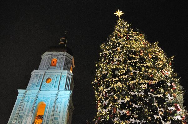 Световая новогодняя иллюминация на главной елке страны в Киеве