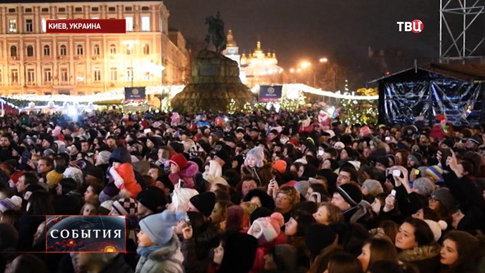 Жители Киева возле главной ёлки страны