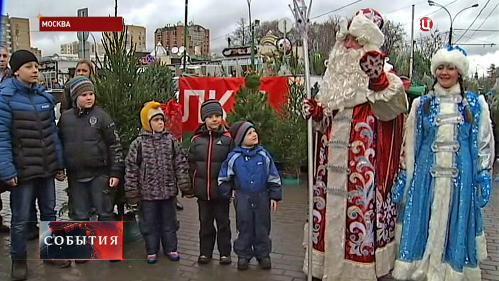 Дед Мороз и Снегурочка возле ёлочного базар