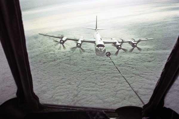 Стратегический бомбардировщик Ту-95 дозаправляется в воздухе