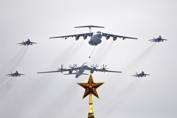 Дозаправка Ту-95МС от Ил-78 в сопровождении истребителей МиГ-29 над Красной площадью
