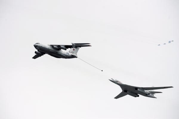 Самолет-заправщик Ил-78 и самолет дальней авиации Ту-160 имитируют процесс дозаправки самолета в воздухе