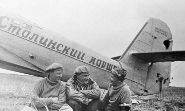Лётчики Валерий Чкалов (в центре), Георгий Байдуков (слева) и Александр Беляков