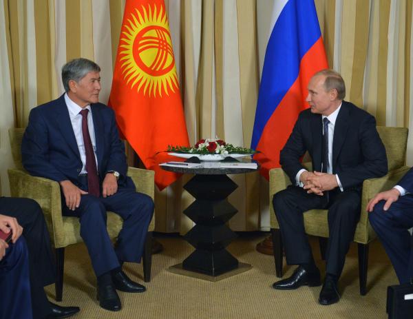 Президент России Владимир Путин и президент Киргизии Алмазбек Атамбаев во время встречи