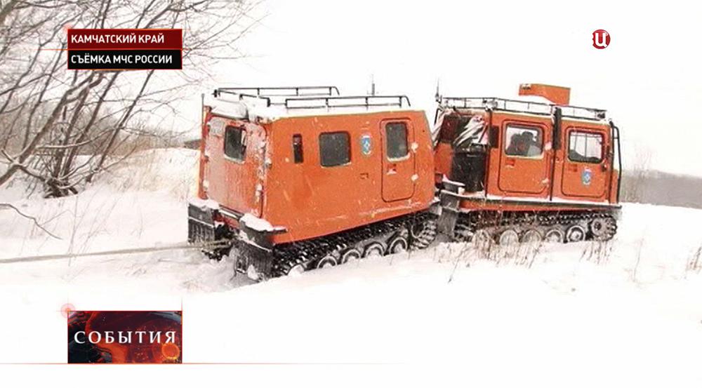 Спасатели МЧС устраняют последствия снегопада в Камчатском крае