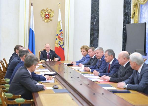 Президент России Владимир Путин проводит совещание с постоянными членами Совета безопасности РФ в Кремле