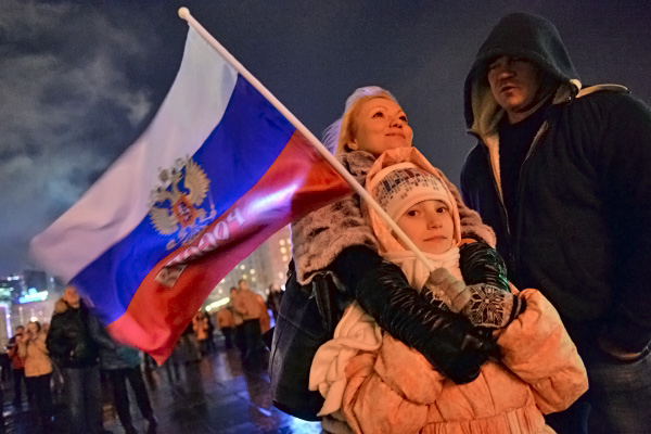 Семья наблюдает за праздничным салютом в честь присоединения Крыма к России