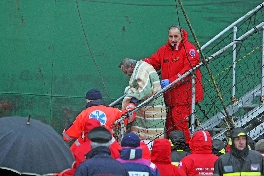 Спасённые пассажиры с парома Norman Atlantic