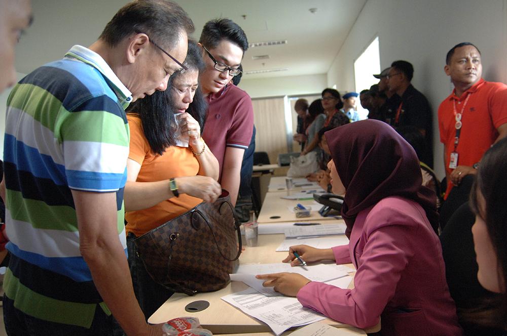 Родственники пассажиров пропавшего самолета AirAsia