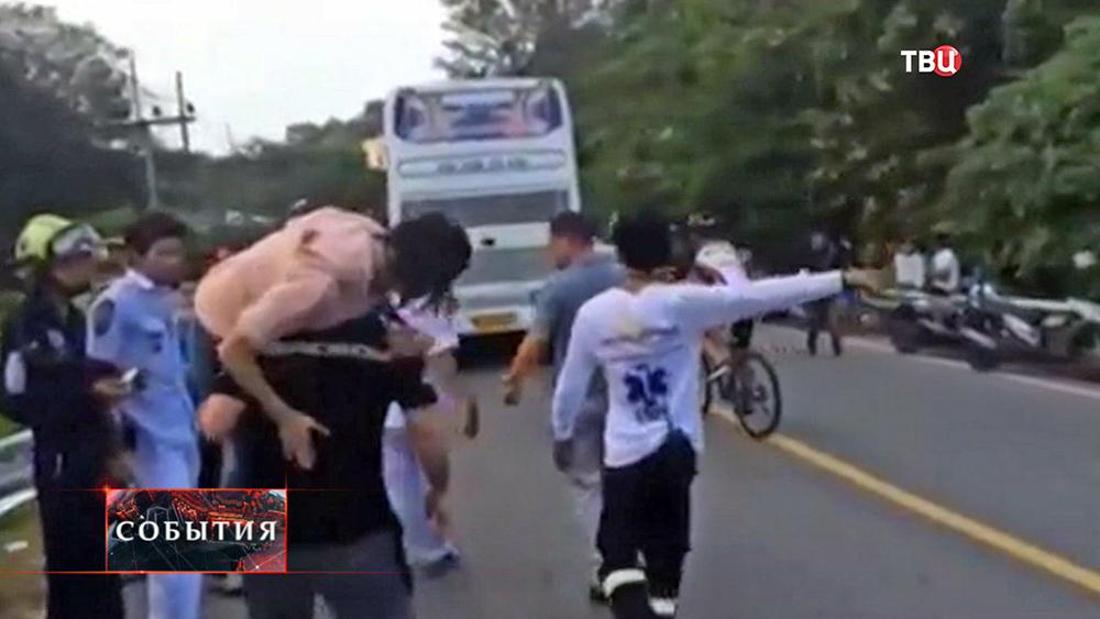 Эвакуация пострадавших в ДТП в Таиланде