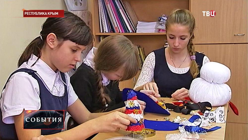 Крымские школьники делают новогодние игрушки
