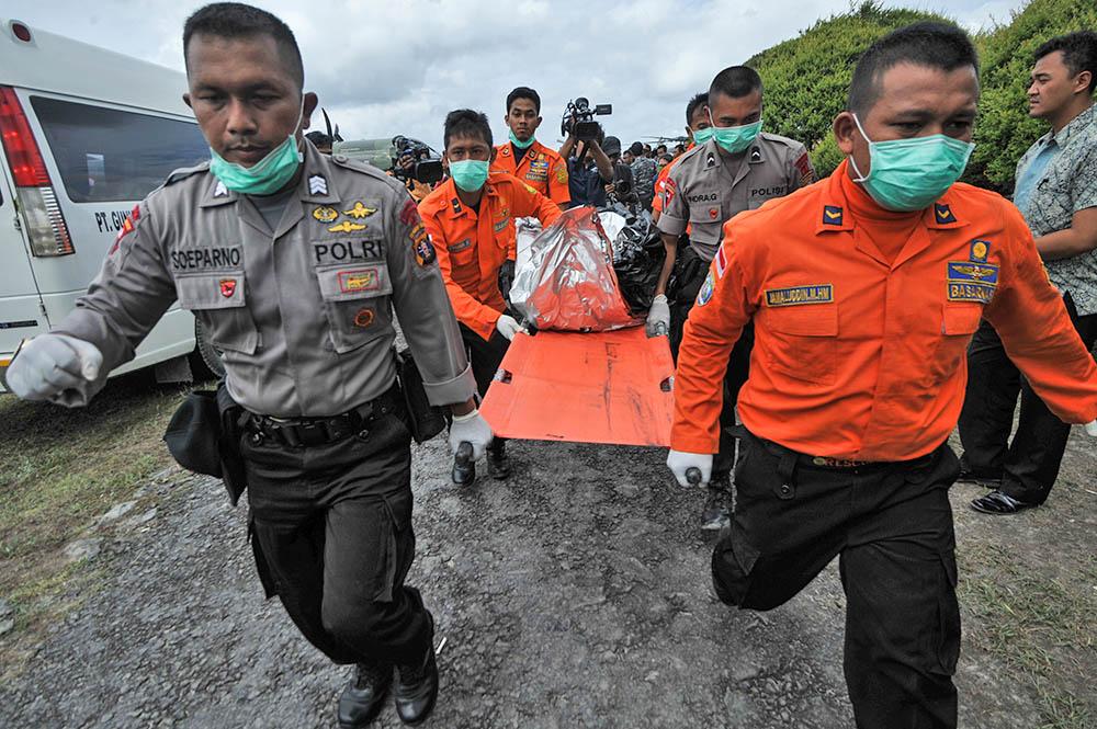 Спасатели в Индонезии