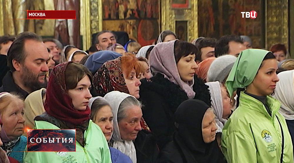 Прихожане в Успенском соборе Кремля