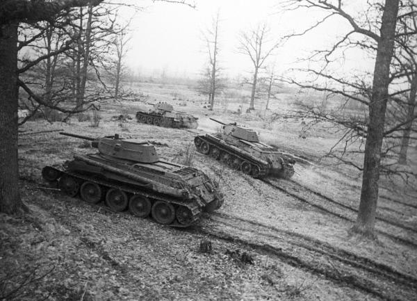 Танки Т-34 выходят на рубеж. 3-й Белорусский фронт