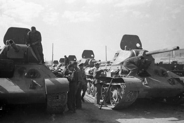 Танки Т-34 готовятся к отправке на фронт