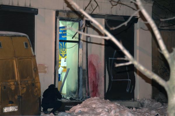 Повреждения в результате взрыва у здания волонтерского центра в Одессе