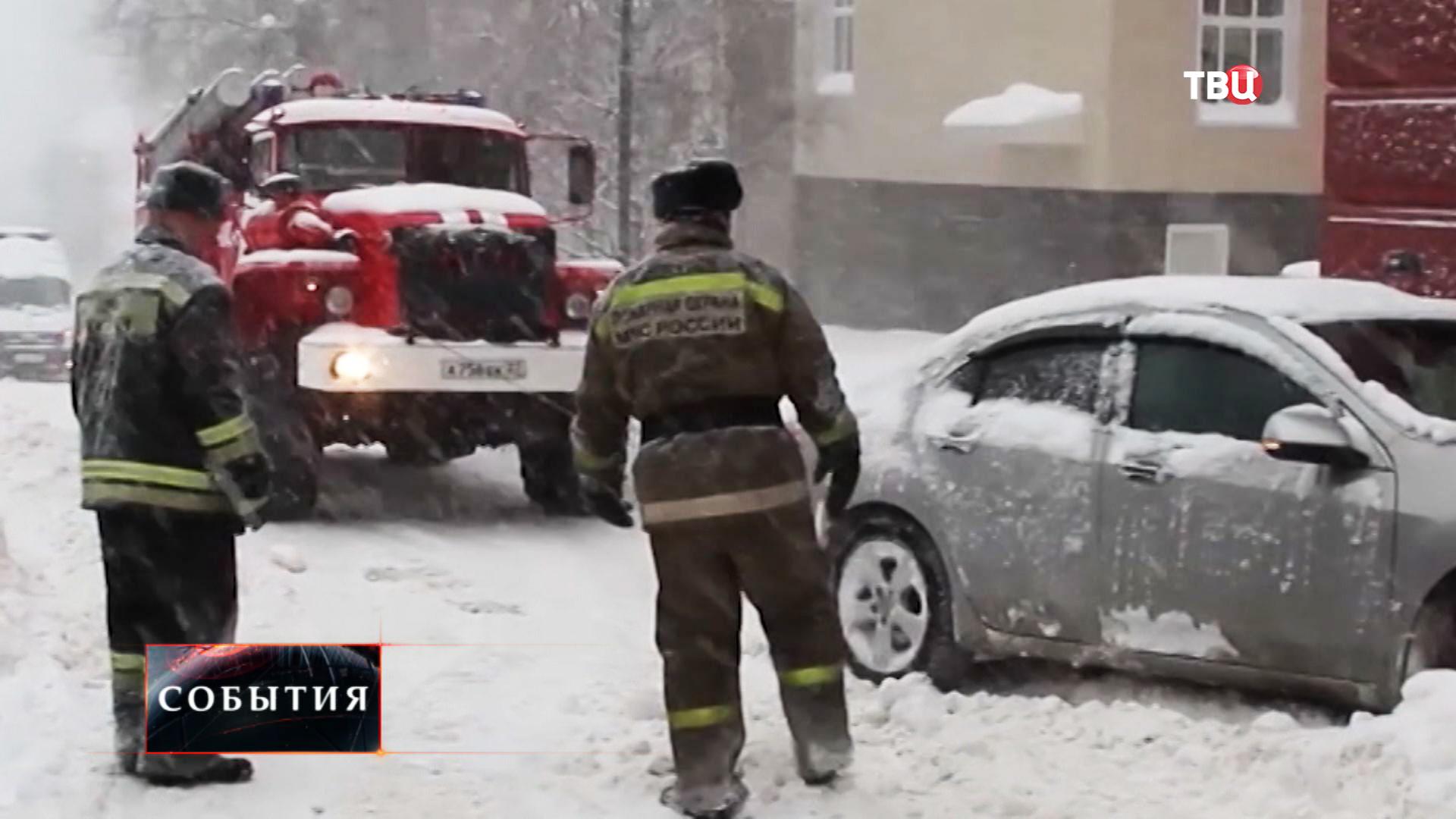 Сотрудники МЧС оказывают помощь водителю