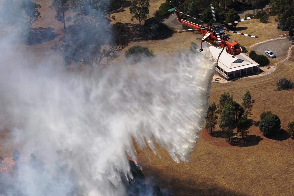 Вертолет тушит лесной пожар