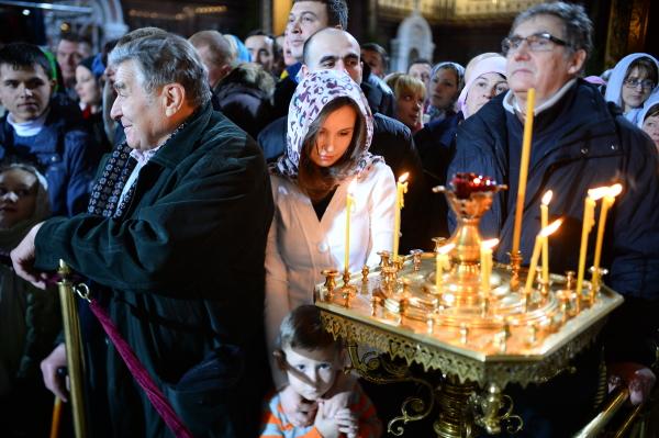 Верующие перед началом Рождественского богослужения в храме Христа Спасителя в Москве