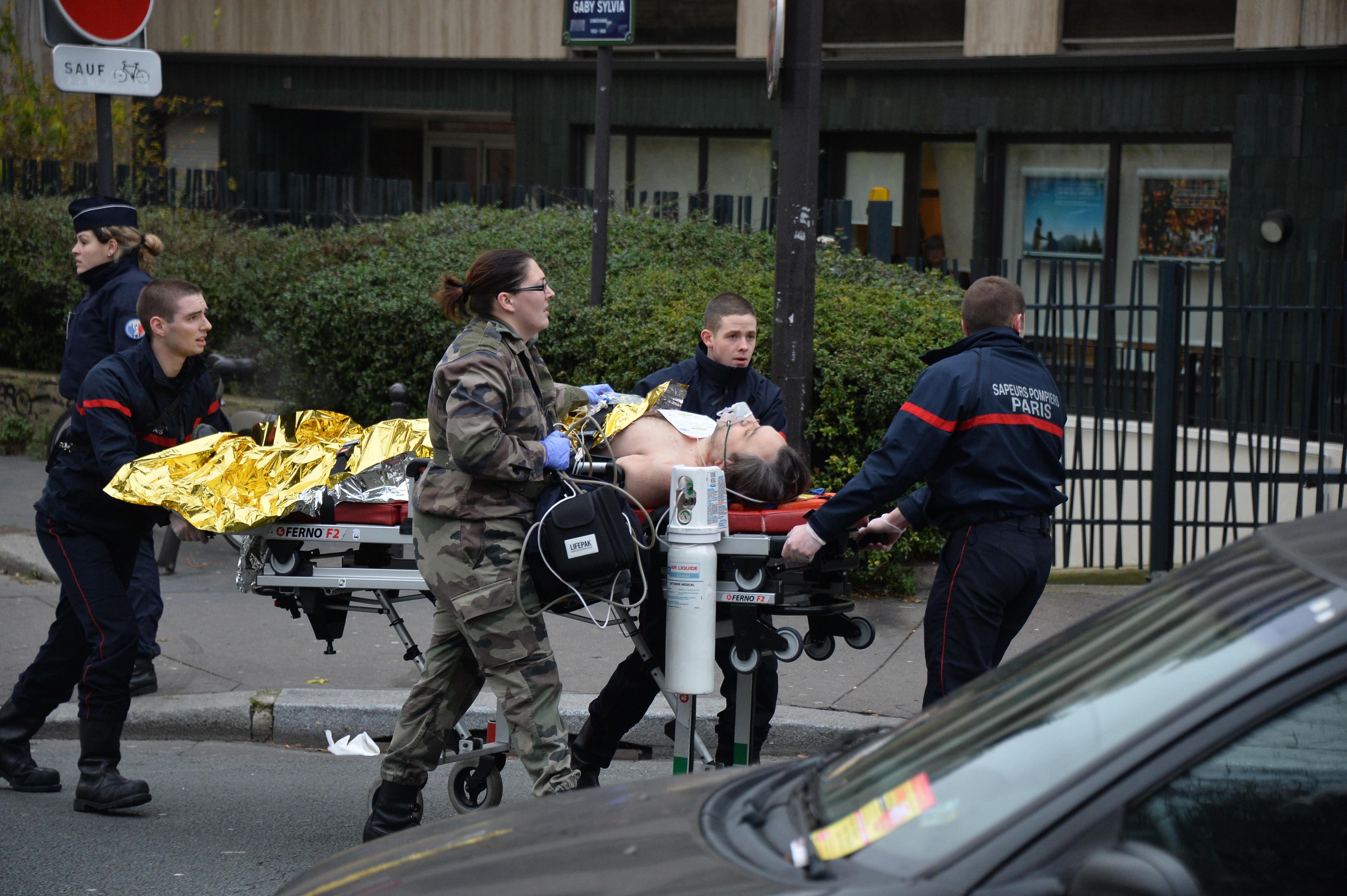 Полиция и скорая помощь у здания редакции Charlie Hebdo