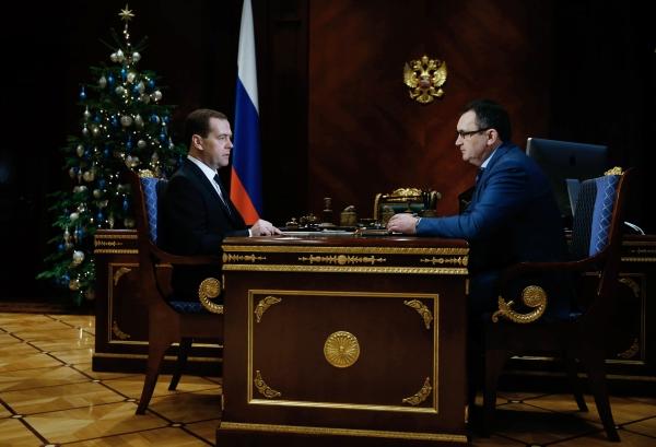 Председатель правительства РФ Дмитрий Медведев и министр сельского хозяйства РФ Николай Федоров