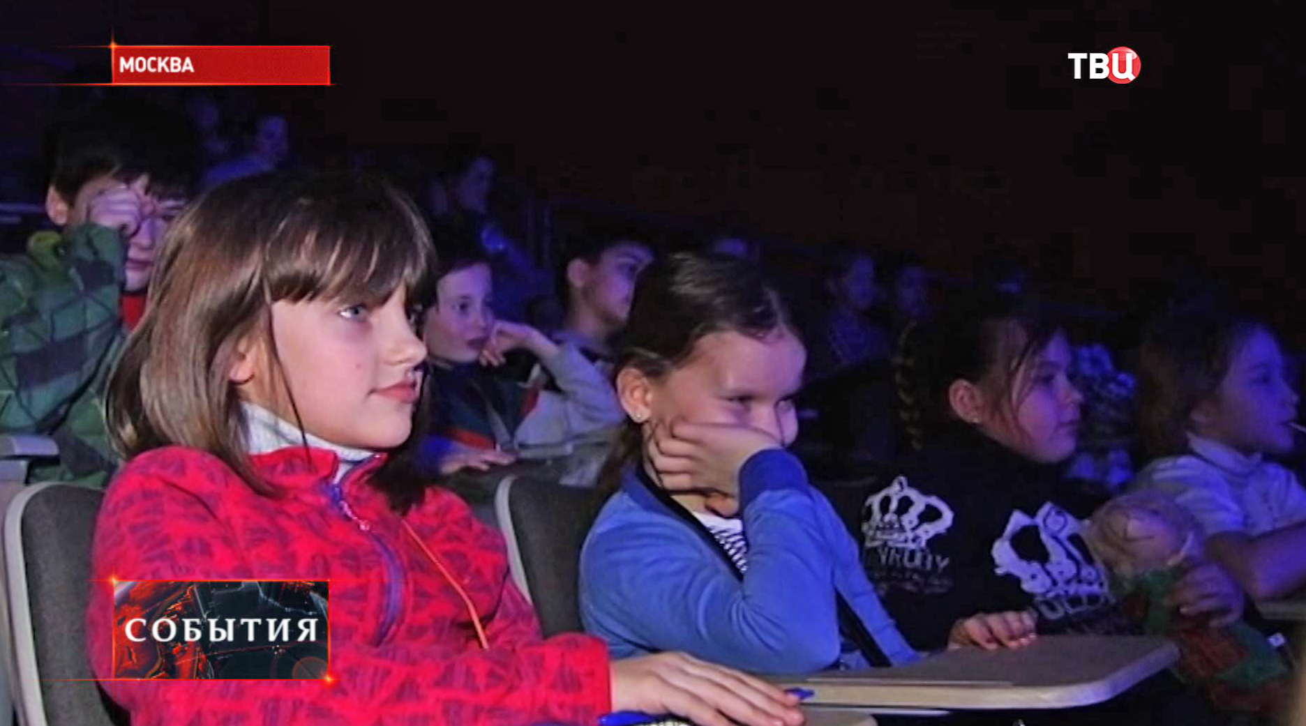 Дети во время спектакля