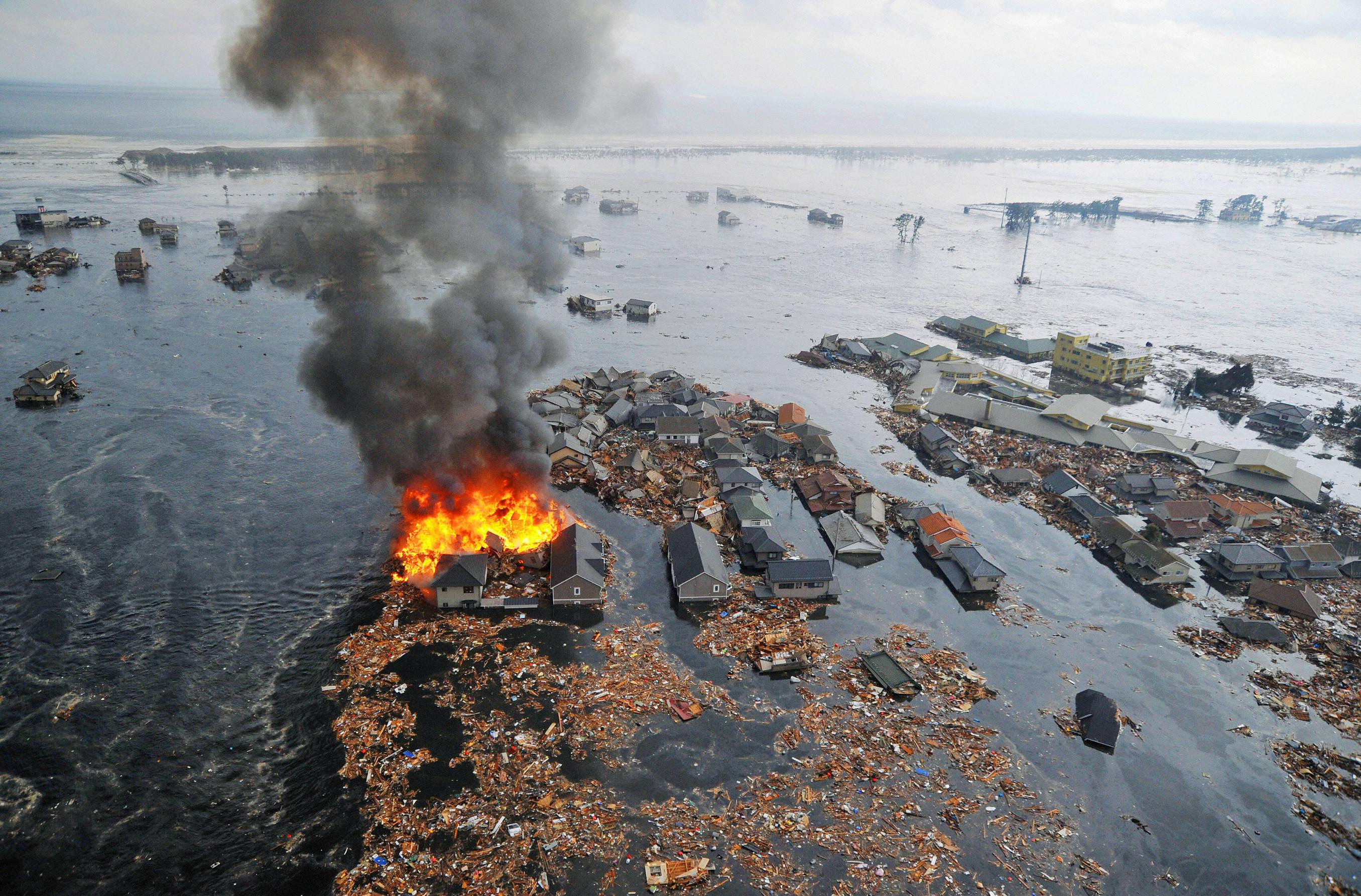 Землетрясение и цунами вблизи острова Хонсю, Япония