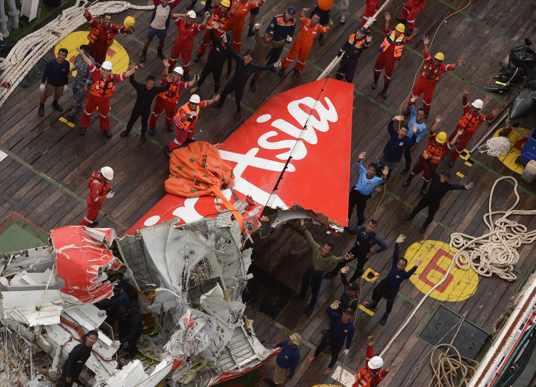 Фрагмент хвостовой части разбившегося лайнера AirAsia