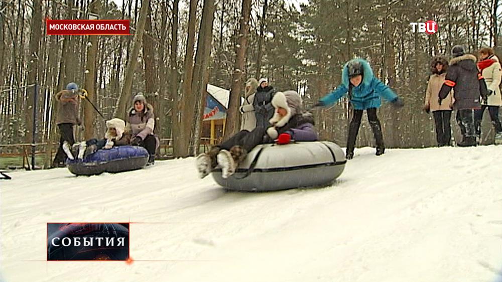Дети катаются с горы