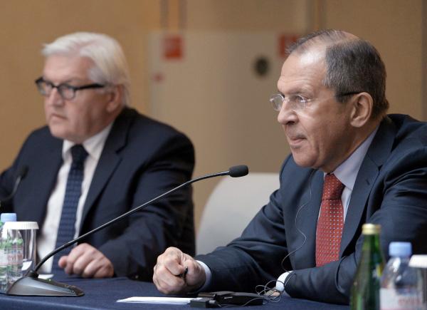 Министр иностранных дел Германии Франк-Вальтер Штайнмайер и министр иностранных дел РФ Сергей Лавров