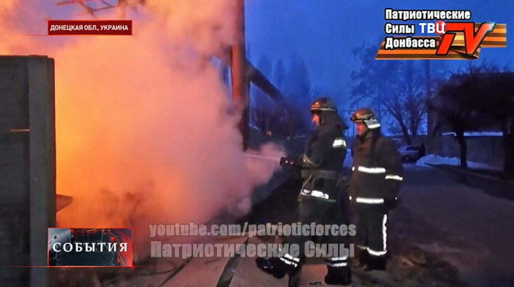 Пожарные на месте обстрела в Донецкой области