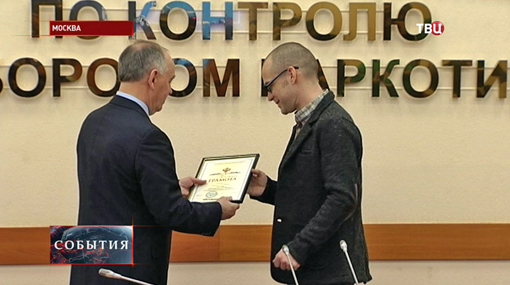 Глава ФСКН Виктор Иванов награждает журналиста