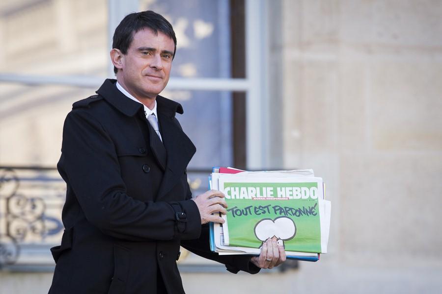 Премьер Франции Мануэль Вальс с новым номером журнала Charlie Hebdo