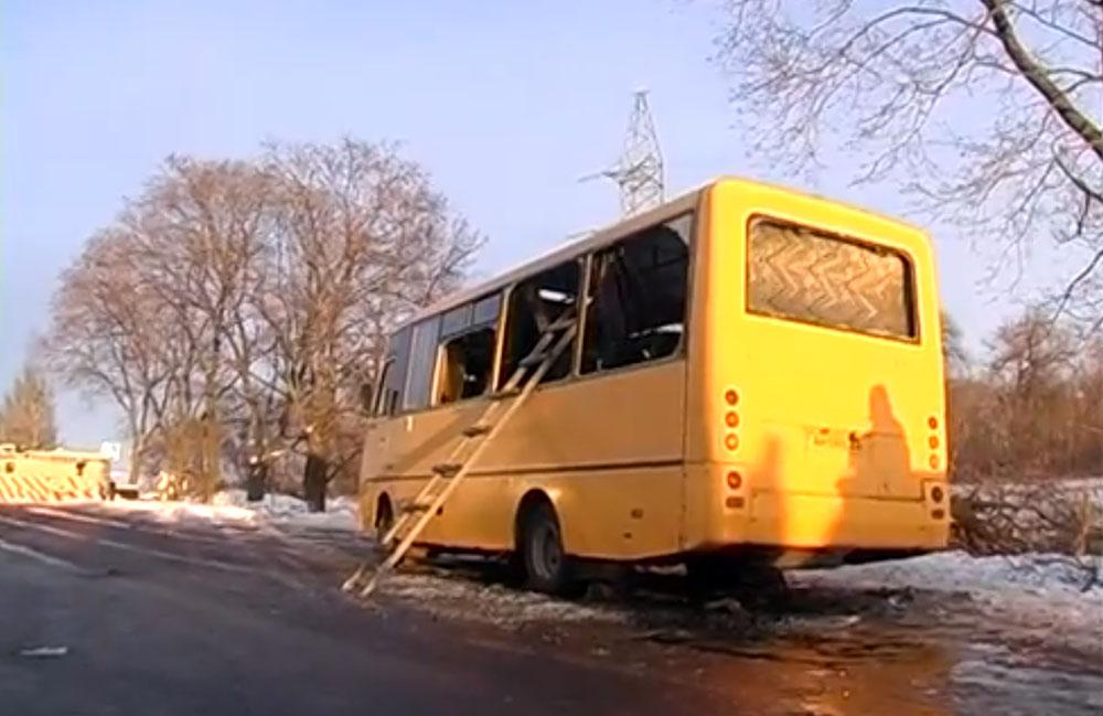 Пассажирский автобус после обстрела в Донецкой области