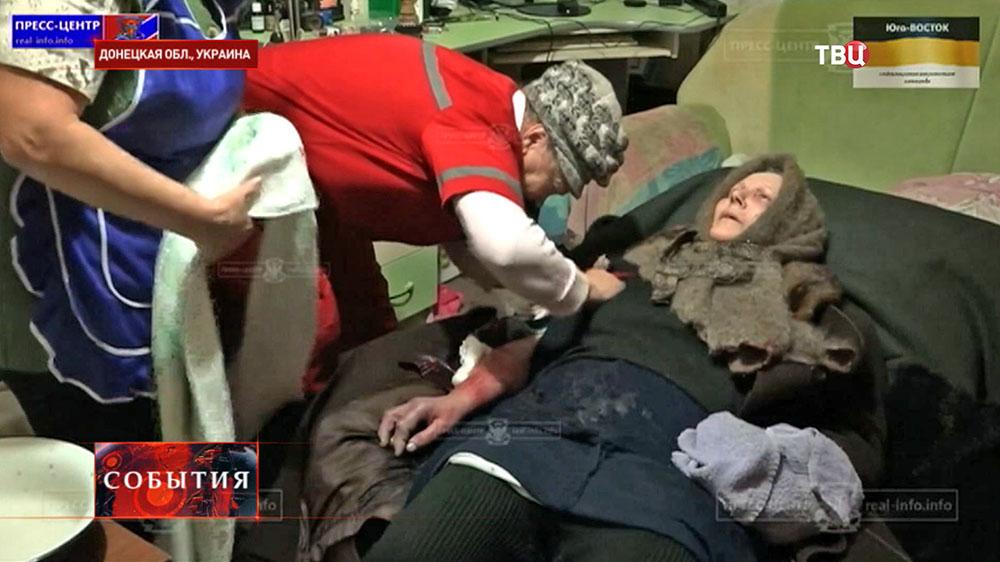 Пострадавшая при обстреле жилых кварталов в Донецкой области