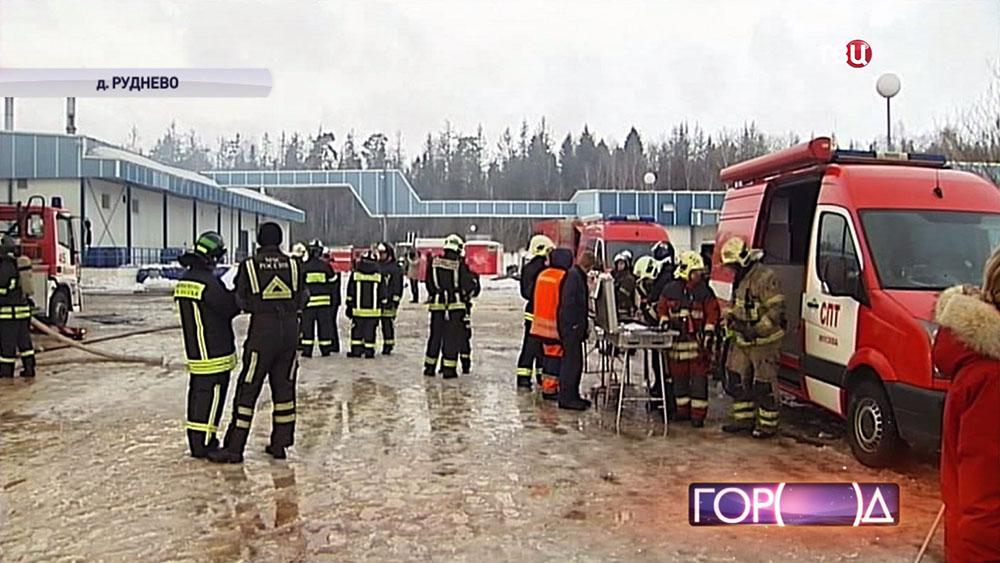 Пожарные на месте возгорания в деревне Руднево