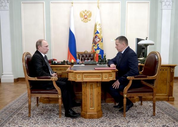 Президент России Владимир Путин и  вице-премьер, полпред в Дальневосточном федеральном округе Юрий Трутнев во время встречи